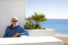 Fecha indeterminada José Luís Sampedro en su casa de la cala de MIjas, posando para una entrevista
