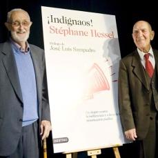 """2011/Marzo :: José Luís Sampedro con Stéphane Hessel ,el día de la presentación del libro de este autor, """"Indignaos"""""""