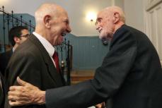 """2011/Marzo :: José Luís Sampedro saluda a Stéphane Hessel ,el día de la presentación del libro de este autor, """"Indignaos"""""""