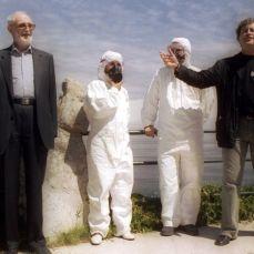 2003 :: José Luis Sampedro, izquierda, y Manuel Rivas, con dos voluntarios del Prestige, en el homenaje al mar.Foto PABLO HOJAS