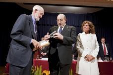 2010 :: José Luís Sampedro recibe el Premio Internacional Menendez Pelayo
