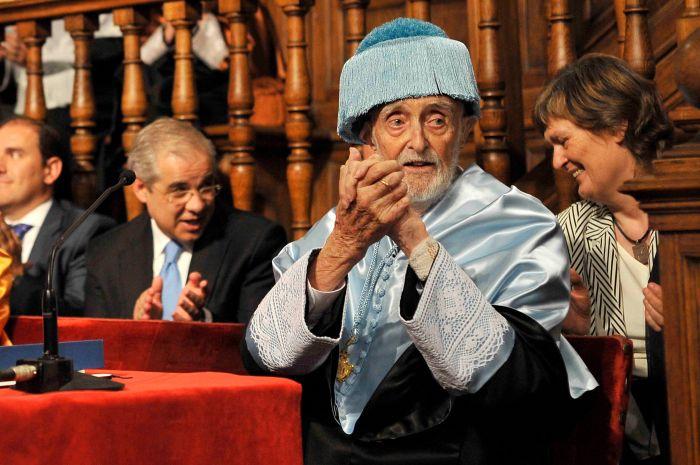 Imagen 19 2012 José Luís Sampedro tras su discurso en la Ceremenia Doctor Honoris Causa de la UAH