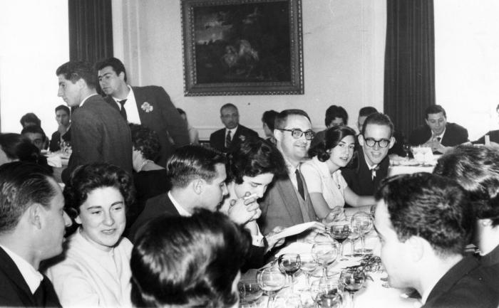 1964 Jose Luís Sampedro con alumnos de la facultad