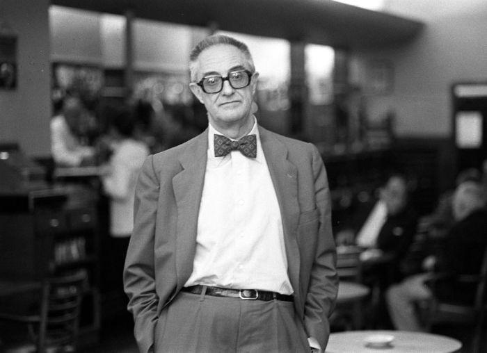 1981 José Luis Sampedro durante la presentación de su libro 'Octubre, octubre',