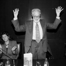 1996 :: José Luís Sampedro acompañado de Almudena Grandes durante la presentación del libro 'La escritura necesaria'.Foto LUIS MAGÁN
