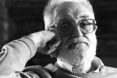 1994 :: José Luis Sampedro posando para una entrevista que realizó para el diario EL PAIS Foto Bernard