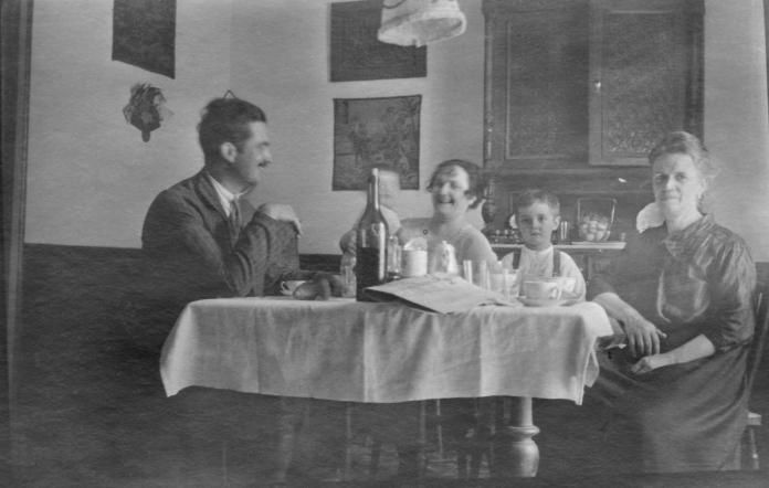 1920 _Con tio Alberto en Tanger (foto de la web de Libreria Alberti_Fotos y libros de Jose Luis Sampedro)