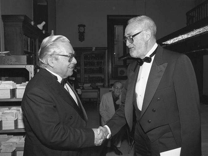 EFE/archivo/T.Blanco Sampedro saluda, en una foto de 1991, al entonces director de la Real Academia de la Lengua, Manuel Alvar, con motivo de su ingreso en la institución. José Luis Sampedro, escritor y humanista