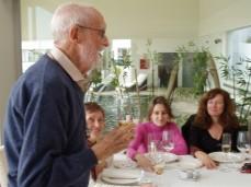 2011/Febrero|Foto::Rosa M.Artal|Sampedro brinda en su 94 cumpleaños. Al fondo Olga, Amaya Delgado y Lola Larumbe. Restaurante Avanto, Mijas Costa (Málaga)