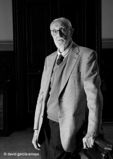 2007 _3 José Luís Sampedro posando para reportaje fotográfico departamento de cultura Corte Ingles_Fotógrafo David García Amaya