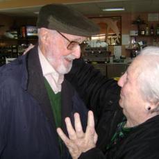 @rosamariaartal 21 sept. Carmen Balcells y José Luis Sampedro en los históricos cumpleaños de la Cala de Mijas.|Fecha indeterminada